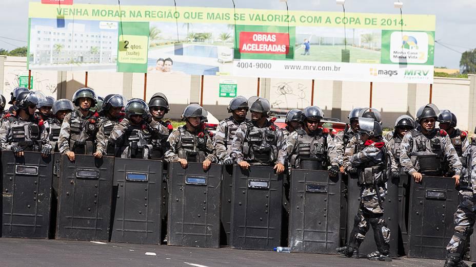 Policiais tentam conter manifestação próximo ao Castelão, em Fortaleza