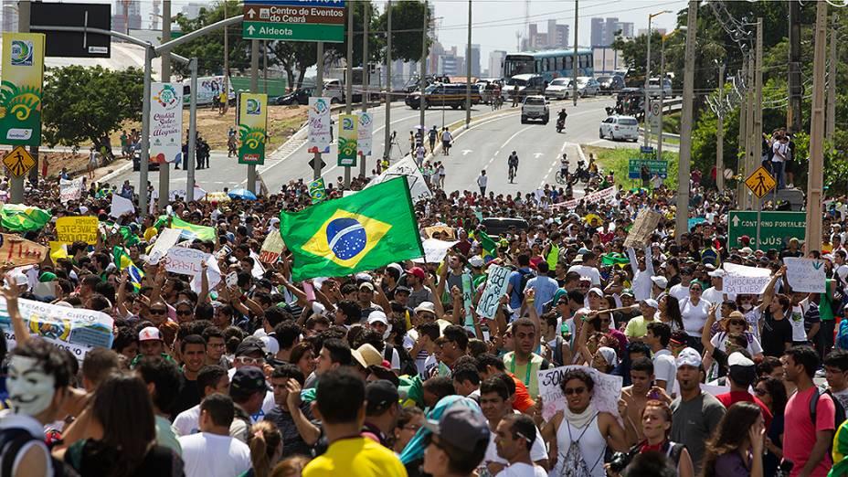 Manifestantes durante protesto próximo ao Castelão, em Fortaleza