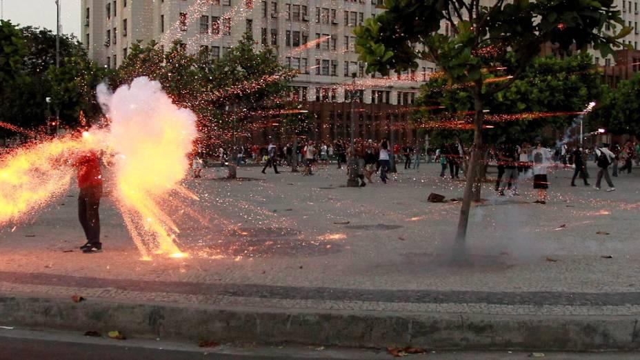 Bomba atinge a cabeça de cinegrafista da TV Bandeirantes que gravava cenas do protesto no Rio de Janeiro