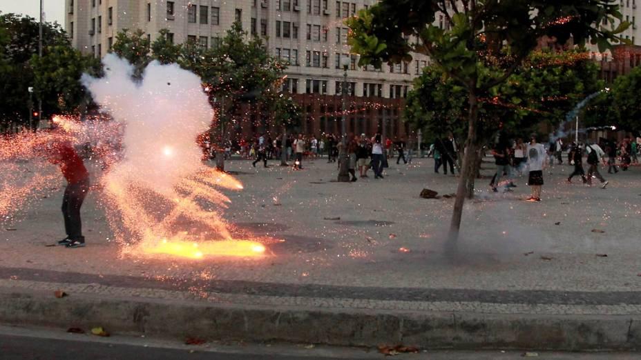 """Repórter cinematográfico é alvejado no meio de """"fogo cruzado"""" de bombas e artefatos explosivos lançados pela polícia militar e manifestantes"""