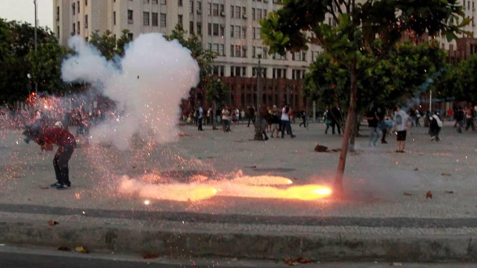 Cinegrafista cai com o impacto da bomba que estorou e o atingiu enquanto ele gravava imagens