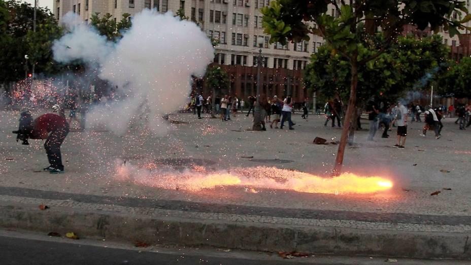Cinegrafista foi atingido pelas costas pelo artefato explosivo durante confronto entre PM e manifestantesno centro do Rio