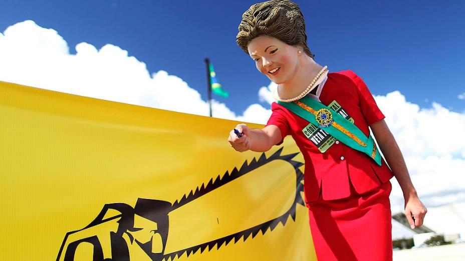 Ativista com uma máscara da presidente Dilma Rousseff participa de protesto em Brasília que pedia veto ao Código Florestal