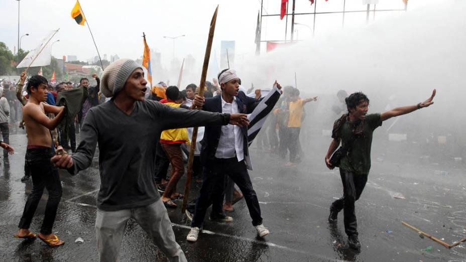 Agricultores em confronto com a polícia durante protesto contra o confisco de suas terras em Jacarta, Indonésia