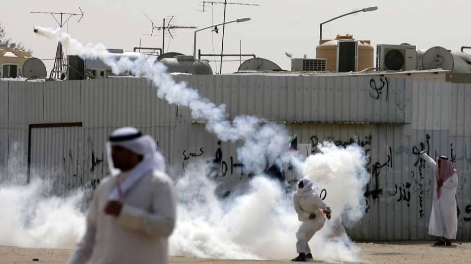 Apátridas árabes em conflito com a polícia durante protesto por maior liberdade política na cidade de Al-Jahra, Kuweit