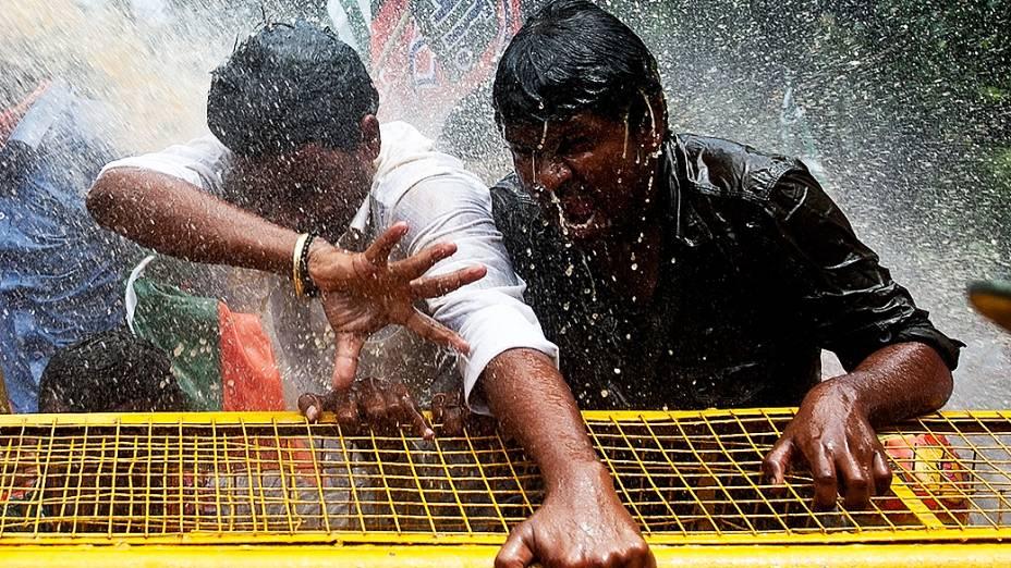 Apoiadores do principal partido de oposição indiano, Bharatiya Janata, protestam exigindo um estado separado para a região de Telangana, no estado de Andhra Pradesh, no sul do país