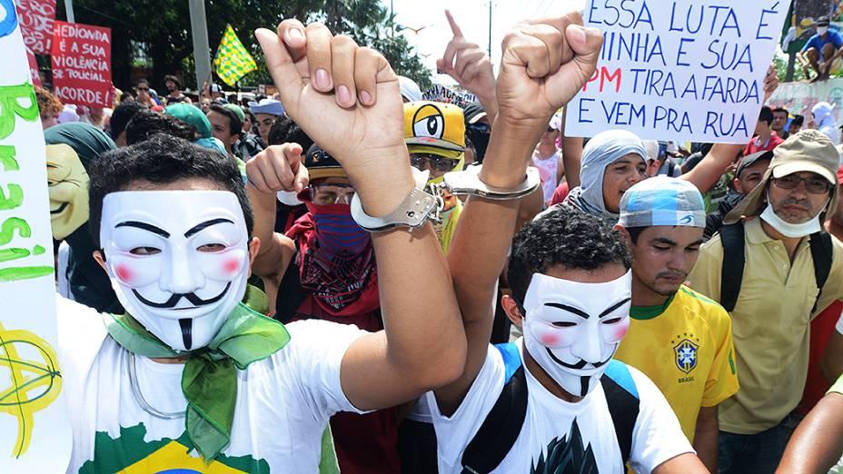 Manifestantes durante protesto em frente ao Castelão nesta quinta-feira (27), em Fortaleza
