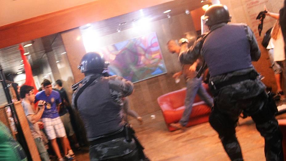 Policiais procuram vândalos no hotel Linson, na rua Augusta