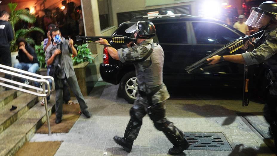 Policiais e manifestantes no hotel Linson, na rua Augusta