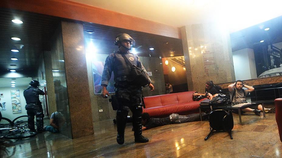 Policiais detêm cerca de 40 manifestantes que se refugiaram o hotel Linson, na rua Augusta