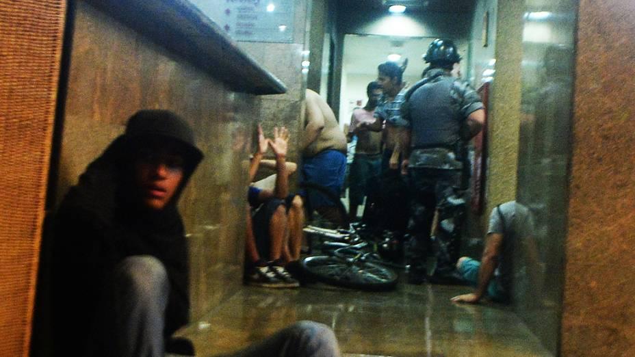 Policiais e manifestantes no hotel Liston, na rua Augusta