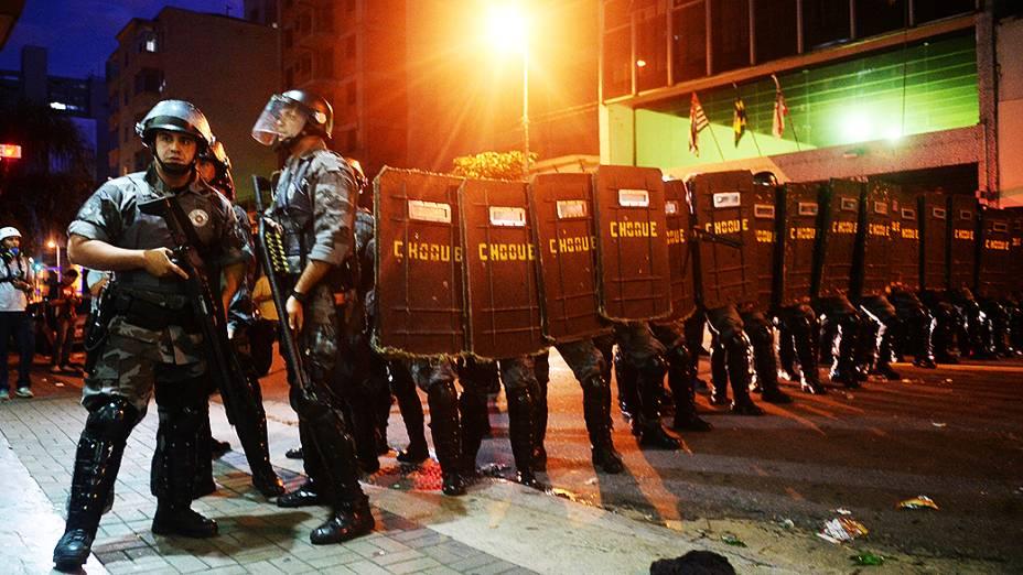 Tropa de choque faz cordão de isolamento para dispersar protesto na rua Augusta