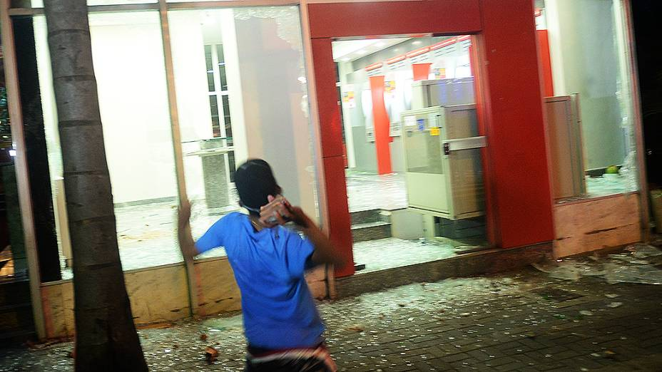 Agências bancárias da rua Augusta são destruídas durante protesto