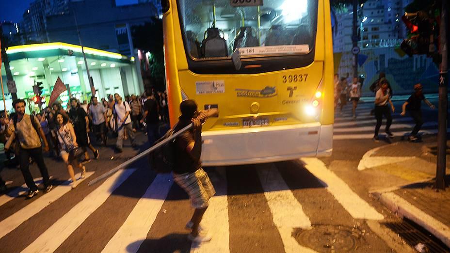 Ônibus é depredado na rua Augusta