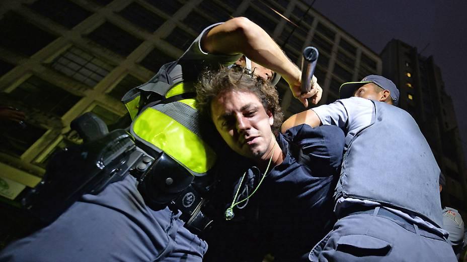Manifestante é detido durante protesto anti-Copa, na região central de São Paulo