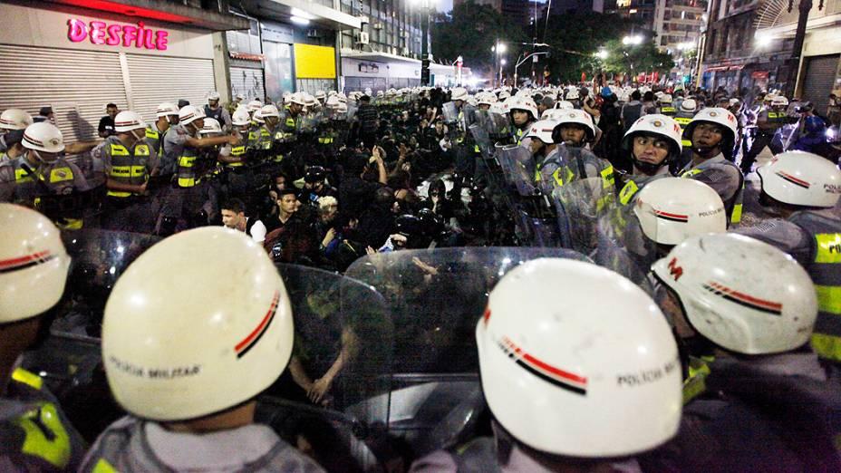 Policiais cercam manifestantes no centro de São Paulo