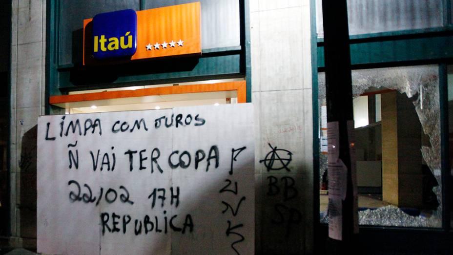 Fachada do banco Itaú depredada durante protesto contra a Copa do Mundo