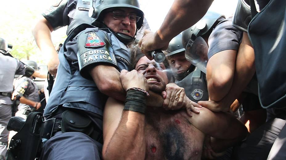 Professor é detido pela PM durante ato contra a Copa, em São Paulo