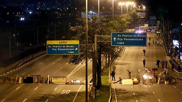 Barricada montada na Marginal Pinheiros, em São Paulo