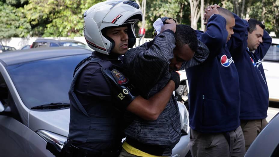 Manifestante é revistado pela PM