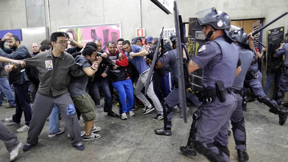 Manifestantes e policiais entram em confronto durante protesto contra a Copa do Mundo perto do metrô Carrão, em São Paulo