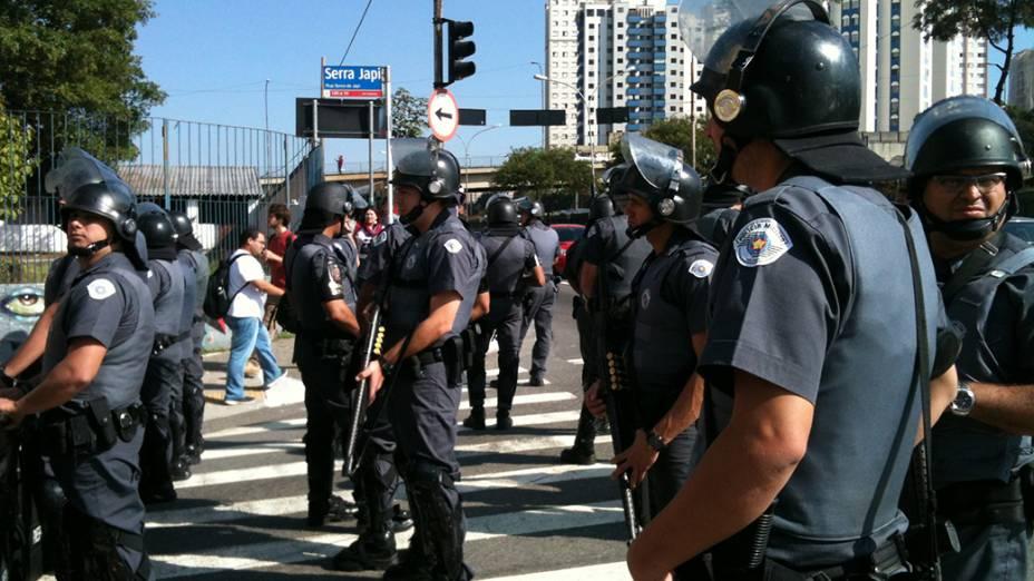Concentração no Sindicato dos Metroviávios de São Paulo, para onde manifestantes correram. Na foto homens da Forca tática bloqueiam acesso à Radial Leste