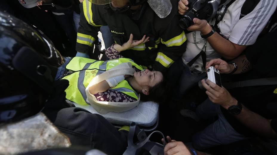 Jornalista da CNN é ferida no braço durante tumulto em manifestação contra a Copa na Zona Leste