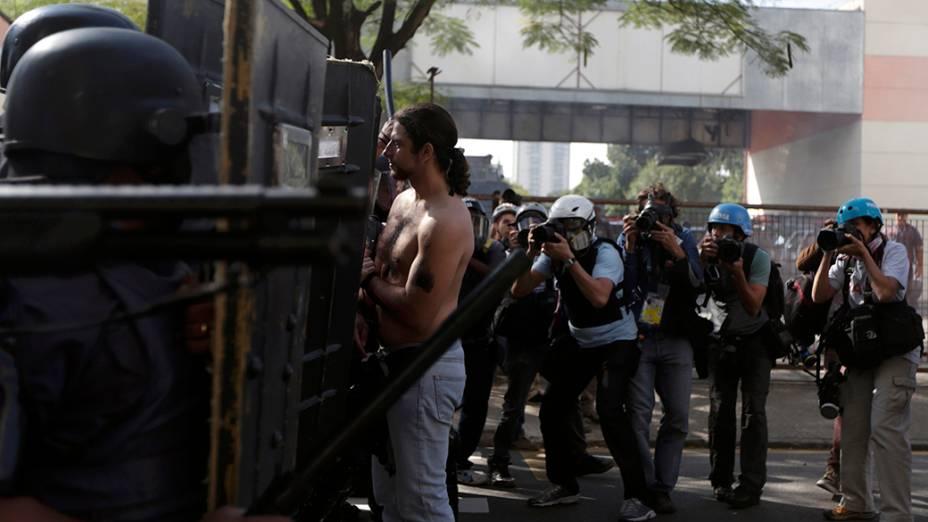 Manifestantes e policiais entram em confronto durante manifestação contra a Copa do Mundo no metrô carrão, em São Paulo