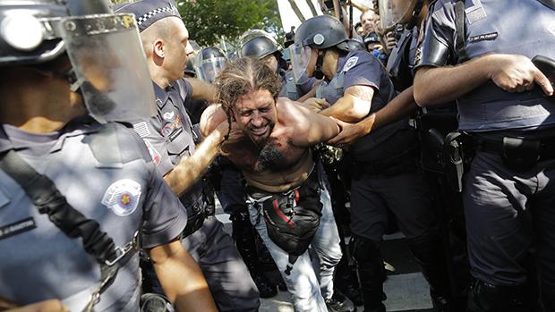 Manifestante é detido pela PM durante ato contra a Copa, em São Paulo
