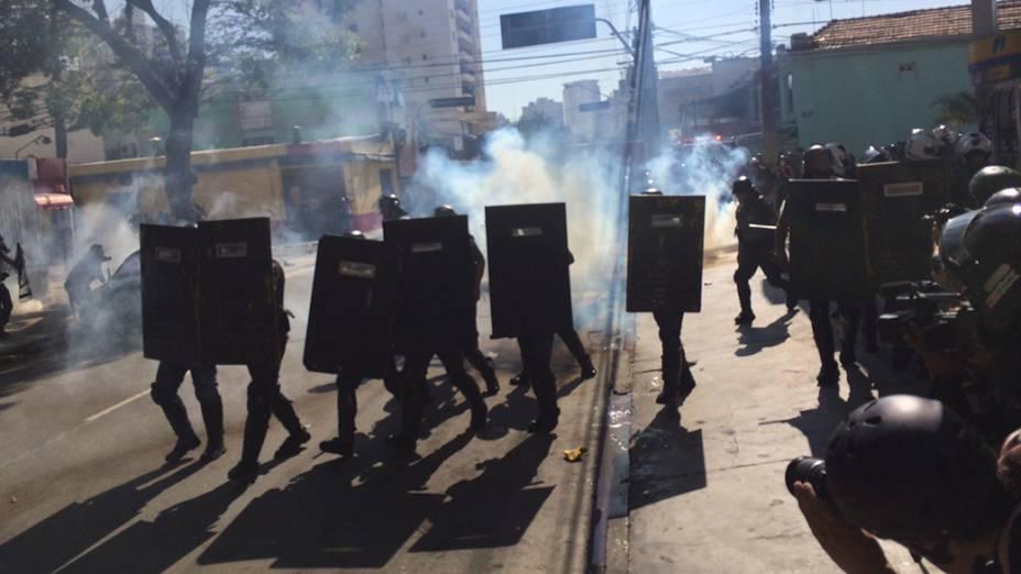 Manifestantes e policiais entram em confronto durante ato contra a Copa do Mundo em São Paulo