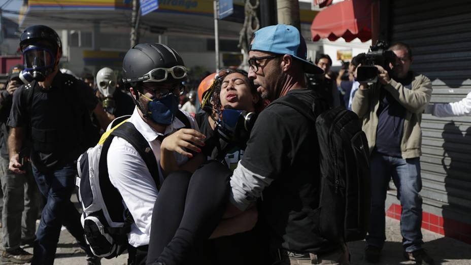 Manifestantes saem feridos durante protesto contra a Copa em São Paulo