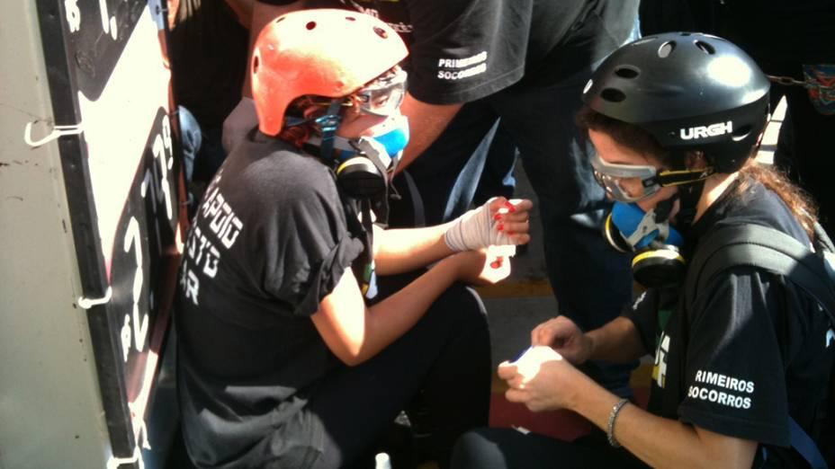Voluntária do Grupo de Apoio ao Protesto Popular fere o pulso durante tumulto