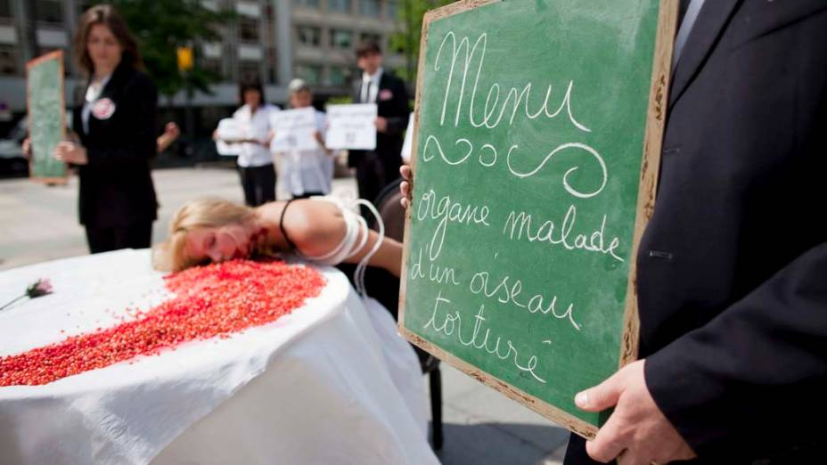 Em Paris, ativistas do grupo PETA durante manifestação contra o consumo de carne
