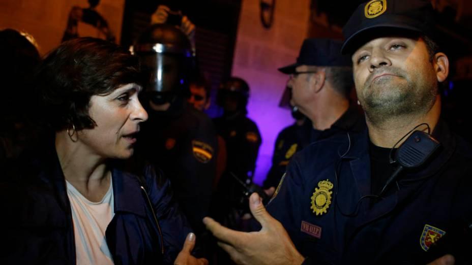 Manifestante discute com policial durante protesto em Madri