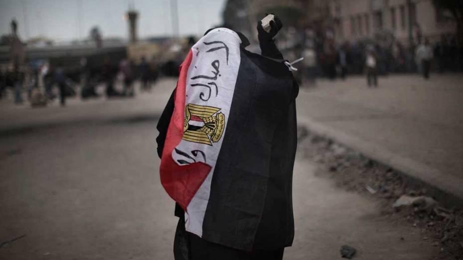 """Mulher egípcia cobre-se com a bandeira do país que leva a frase """"Não a Mubarak"""", na praça de Tahrir, no Cairo"""