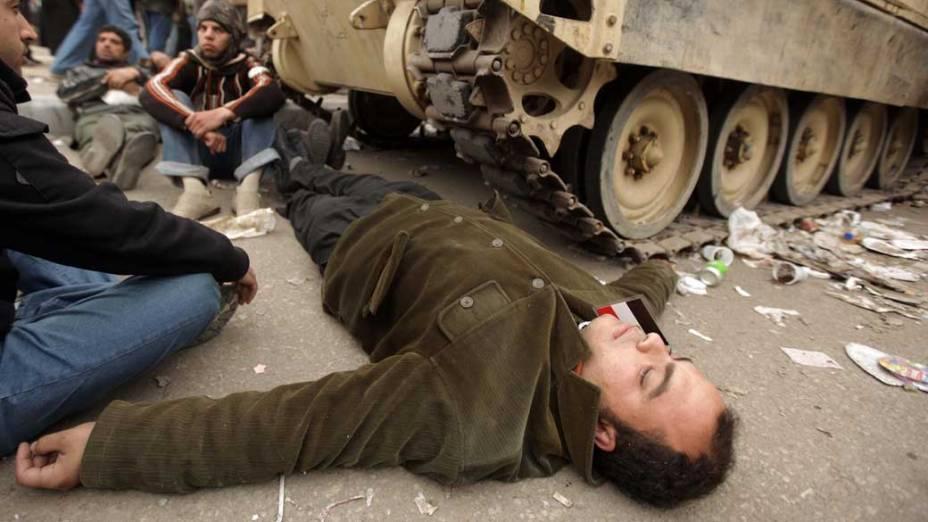 Manifestantes bloqueiam a passagem de tanques do exército egípcio na praça Tahrir, no Cairo