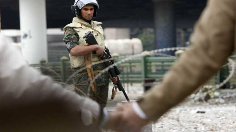 Manifestantes enfrentam exército egípcio em um dos acessos a praça Tahrir, no Cairo