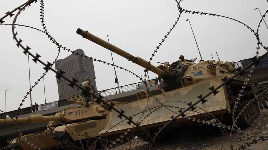 Tanques do exército egípcio acompanham protestos na praça Tahrir, no Cario