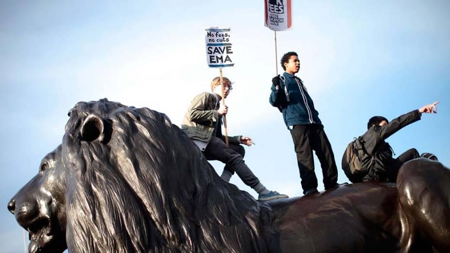 Estudantes tomam a praça Trafalgar, Londres, para protestar contra o aumento nas taxas anuais de empréstimos estudantis