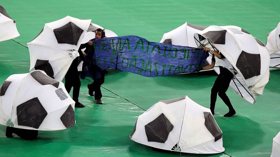 Protesto na cerimônia de encerramento antes da final da Copa das Confederações da partida de futebol entre Brasil e Espanha, no Estádio do Maracanã, no Rio de Janeiro