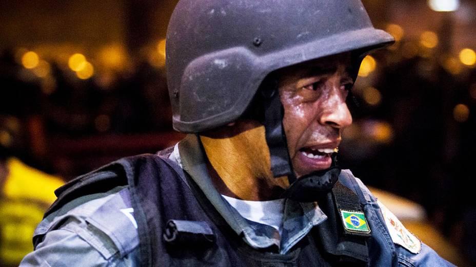 Tropa de choque utiliza gás lacrimogêneo durante protesto nas ruas próximas ao estádio do Maracanã do Rio de Janeiro