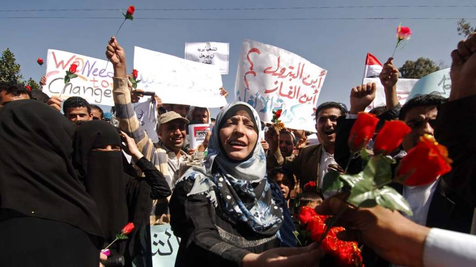 Mulher iemenita distribui rosas durante protesto contra o presidente Ali Abdullah Saleh em Sanaa