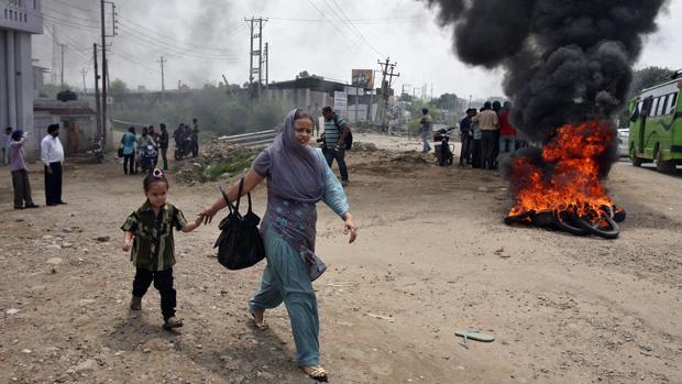 Na Índia, manifestação após o atentadado em um templo sikh na cidade de Oak Creek, em Wisconsin, nos Estados Unidos. Um veterano do Exército matou seis e feriu outras três pessoas