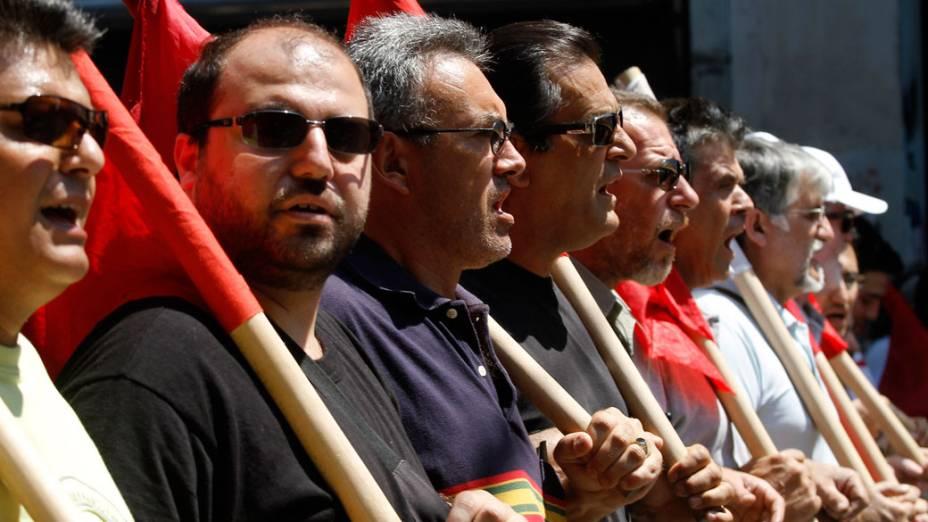 Manifestantes do partido comunista protestam contra as recentes medidas do governo grego neste sábado, 18, em Atenas