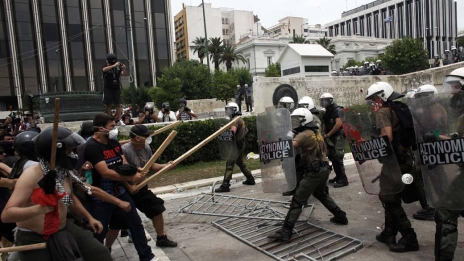 Manifestantes em conflito com a polícia no centro de Atenas, Grécia
