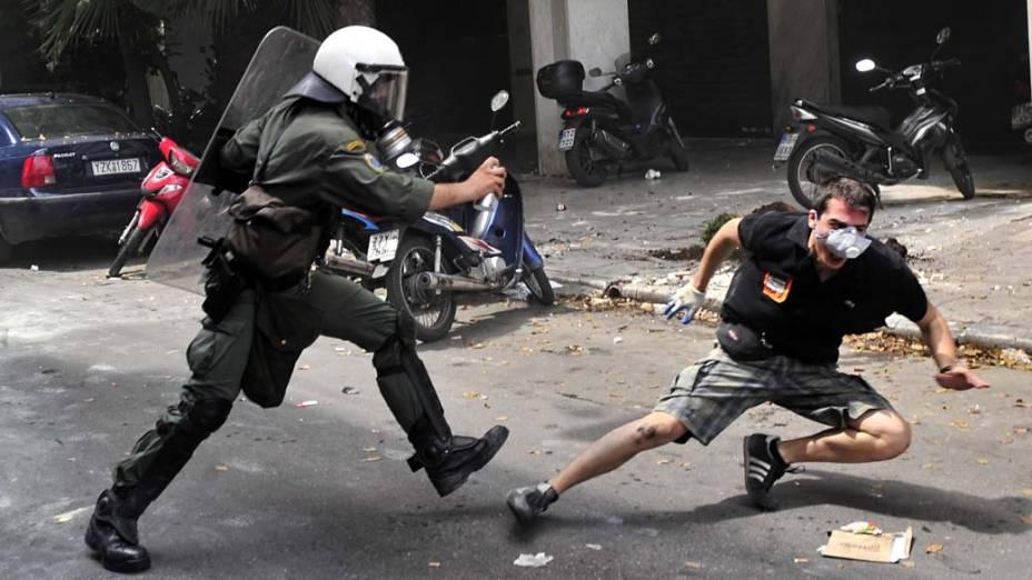 Manifestante em conflito com a polícia no centro de Atenas, Grécia