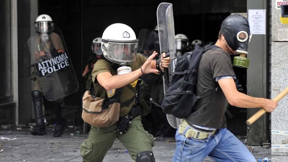Manifestante em conflito com a polícia no centro de Atenas, Grécia, na quarta-feira, 15 de junho