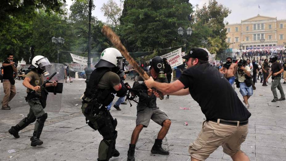 Manifestantes durante conflito com a polícia no centro de Atenas, Grécia, na quarta-feira, 15 de junho