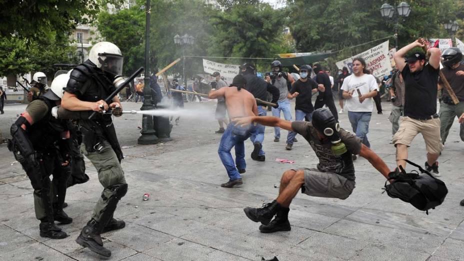 Manifestantes durante conflito com a polícia no centro de Atenas, Grécia. Os manifestantes pedem a derrubada de um pacote de medidas de austeridade, que deve aumentar os impostos e privatizações no país