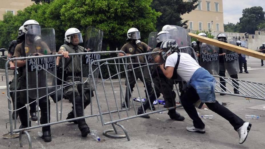Manifestante durante conflito com a polícia no centro de Atenas, Grécia, na quarta-feira, 15 de junho